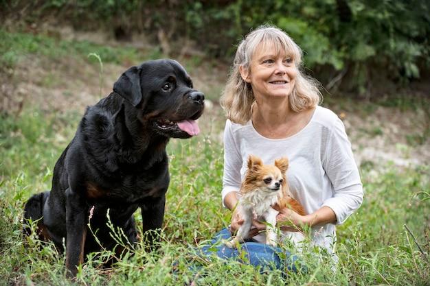 Zwei hunde und eine frau in der natur