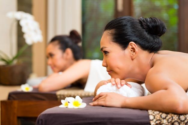 Zwei indonesische frauen, die wellnessmassage haben