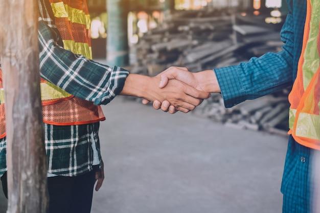 Zwei ingenieure geben hand für erfolgsprojekt