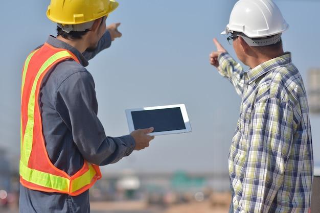 Zwei ingenieure sprechen im freien