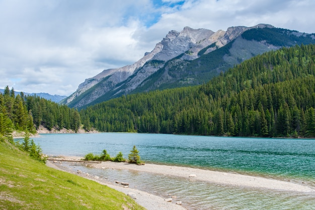 Zwei jack lake in nationalpark banff, kanada am bewölkten tag