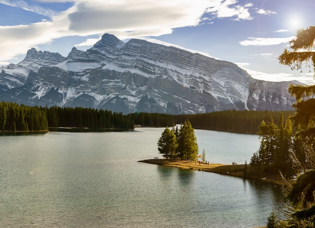 Zwei jack lake und mount rundle am banff-nationalpark in alberta, kanada