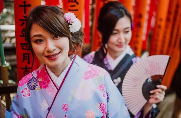 Zwei japanische mädchen, die kimonos traditionelle kleidung, lifestyle-momente tragen