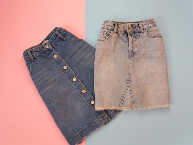 Zwei jeansröcke, blau und grau.