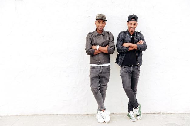 Zwei junge afrikanische männerfreunde, die draußen stehen