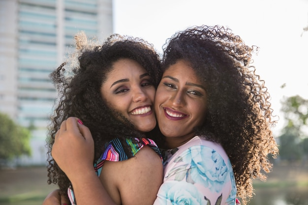 Zwei junge afromädchen, die spaß zusammen haben, freude, positiv, liebe, freundschaft, schwestern.