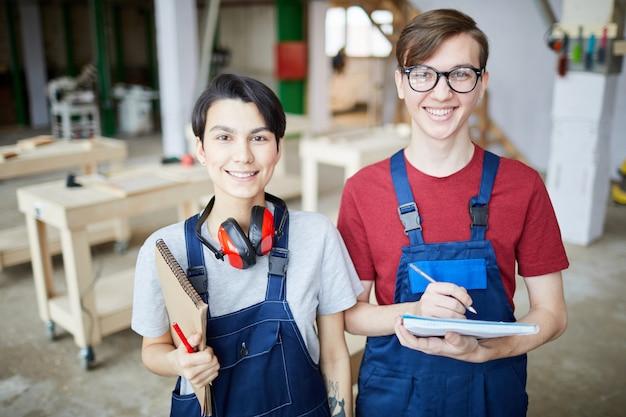 Zwei junge arbeiter in der fabrik