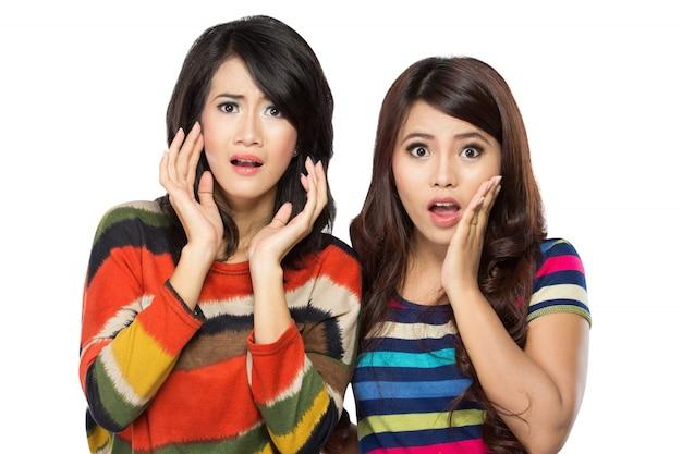 Zwei junge asiatische frauen überrascht