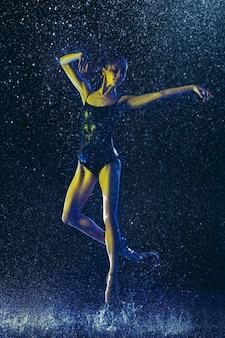Zwei junge balletttänzerinnen unter wassertropfen