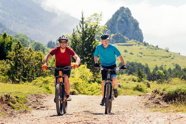 Zwei junge biker genießen ihre mountainbikes
