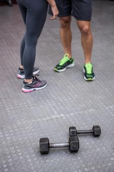 Zwei junge bodybuilder, die nebeneinander stehen
