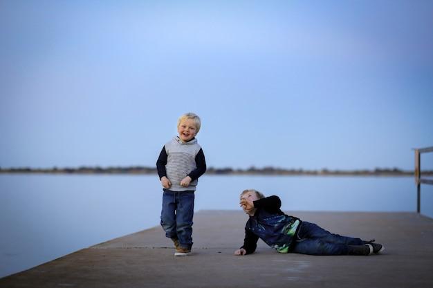 Zwei junge brüder spielen zur goldenen stunde