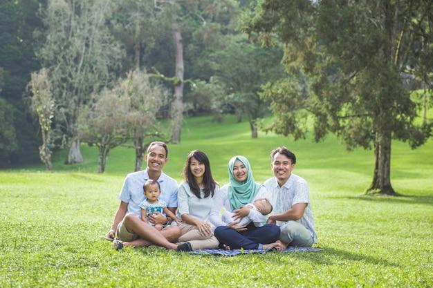 Zwei junge familien im park genießen gemeinsam den frühling