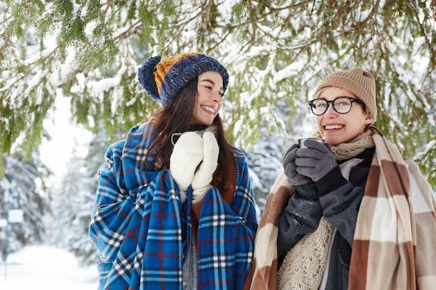 Zwei junge frauen im winterurlaub
