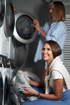 Zwei junge frauen in waschküche