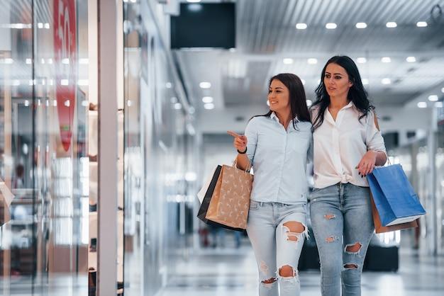 Zwei junge frauen verbringen gemeinsam einen einkaufstag im supermarkt.