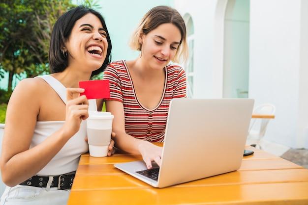 Zwei junge freunde, die online einkaufen.