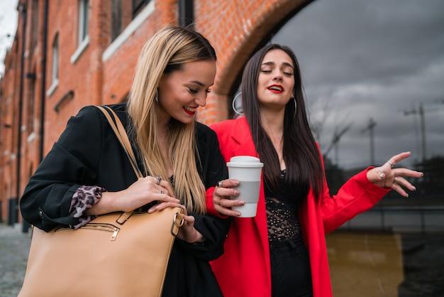 Zwei junge freunde, die zusammen draußen gehen.