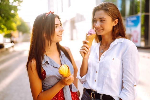 Zwei junge freundinnen, die spaß haben und eis essen.