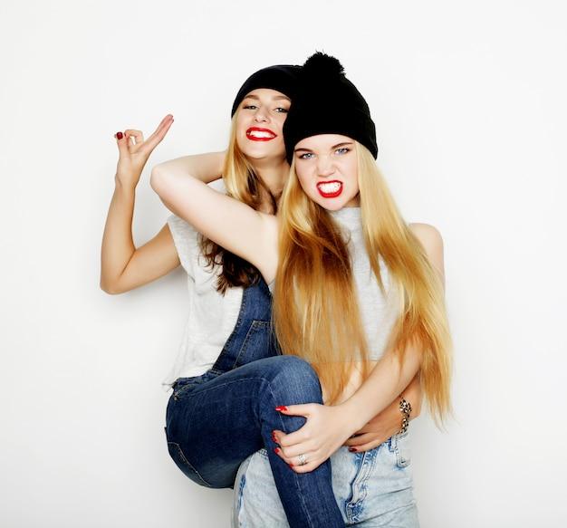 Zwei junge freundinnen, die zusammen stehen und spaß haben.