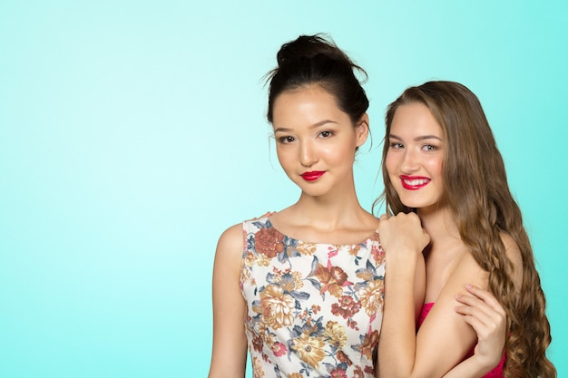 Zwei junge freundinnen, die zusammen stehen und spaß haben