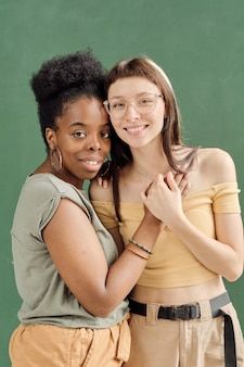 Zwei junge fröhliche freundinnen in freizeitkleidung