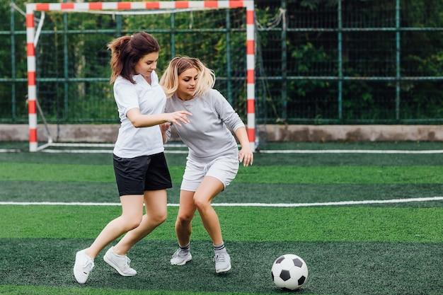 Zwei junge fußballspielerinnen auf dem feld