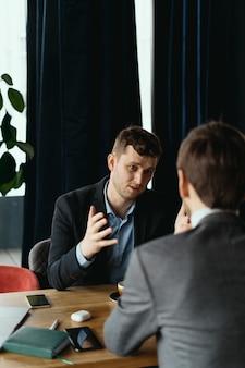 Zwei junge geschäftsleute diskutieren etwas