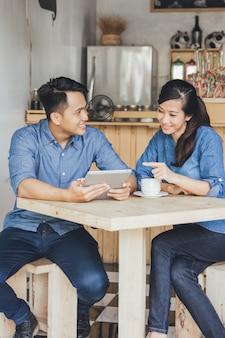 Zwei junge geschäftspartner, die tablet zusammen verwenden