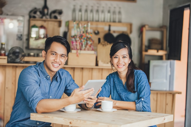Zwei junge geschäftspartner nutzen gemeinsam das tablet