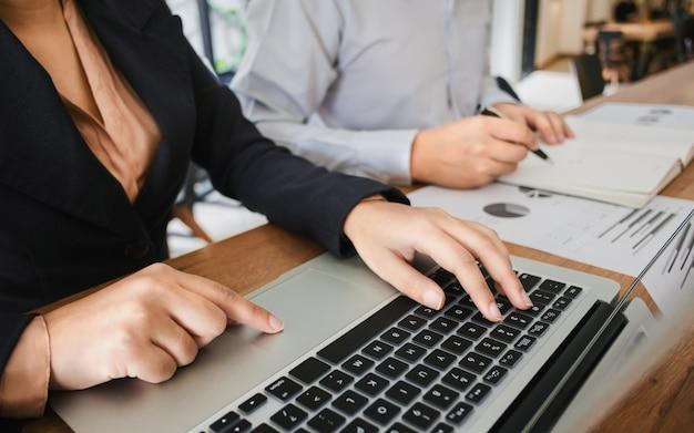 Zwei junge geschäftspartnerberater, der an der datenressource-bewertungsinvestition arbeitet