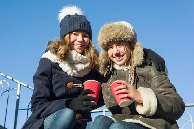 Zwei junge jugendlichen, die spaß draußen haben