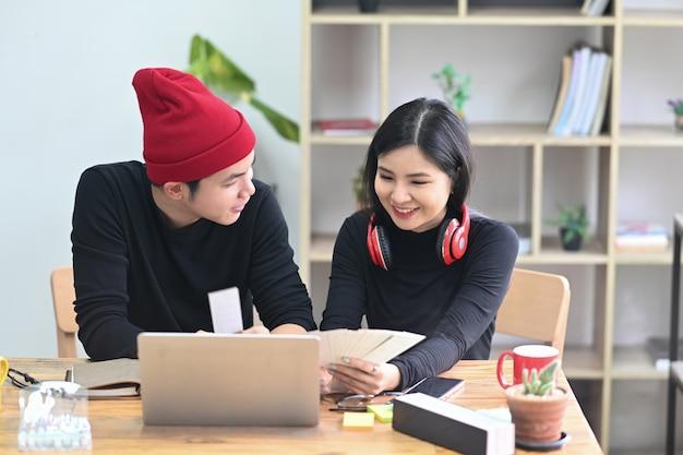 Zwei junge kreative designer arbeiten an ihrem neuen projekt im büro.
