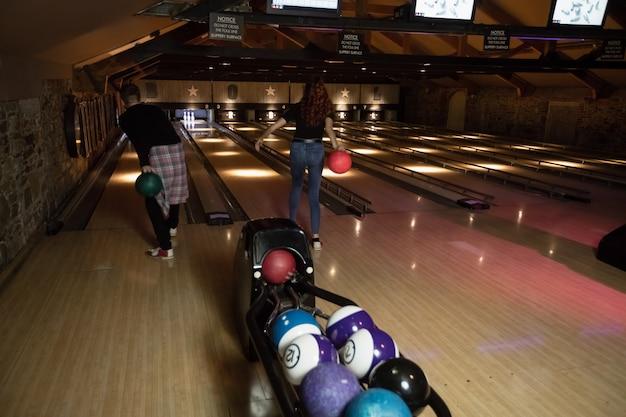 Zwei junge leute bowlen