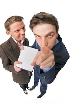Zwei junge leute, die dvds zum verkauf anbieten