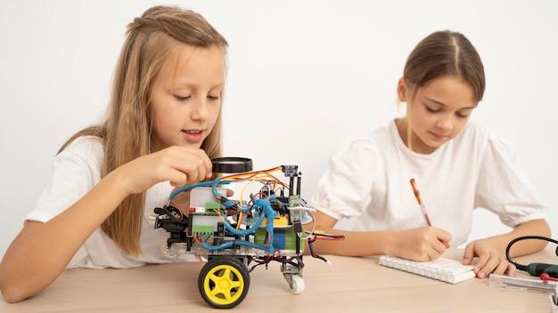 Zwei junge mädchen machen zusammen wissenschaftliche experimente