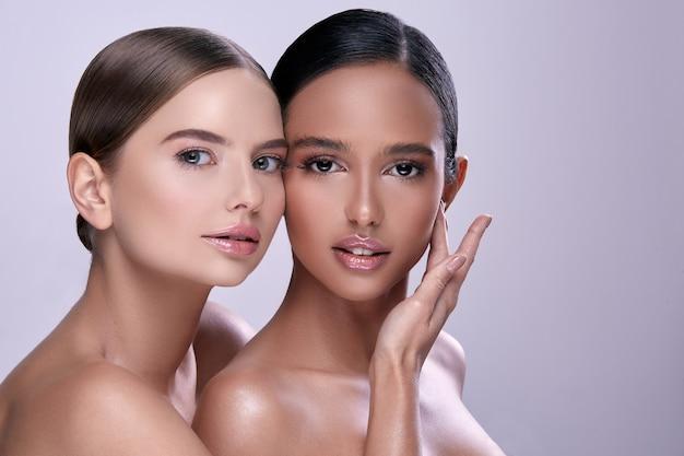 Zwei junge mädchen mit nackten schultern und nacktem make-up