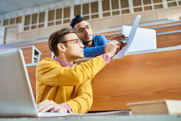 Zwei junge männer an der universität