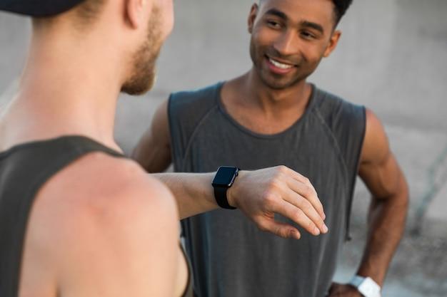 Zwei junge männer, die sich nach dem training ausruhen