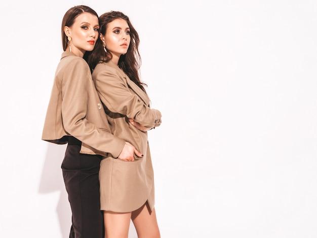 Zwei junge schöne brünette mädchen in schönen trendigen sommerkleidern