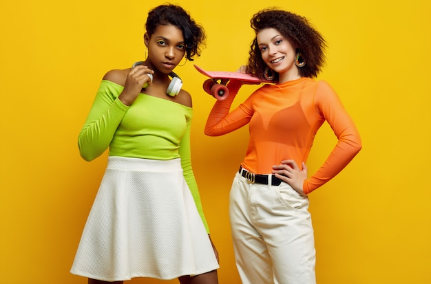 Zwei junge schöne frauen in der modischen bunten sommerkleidung