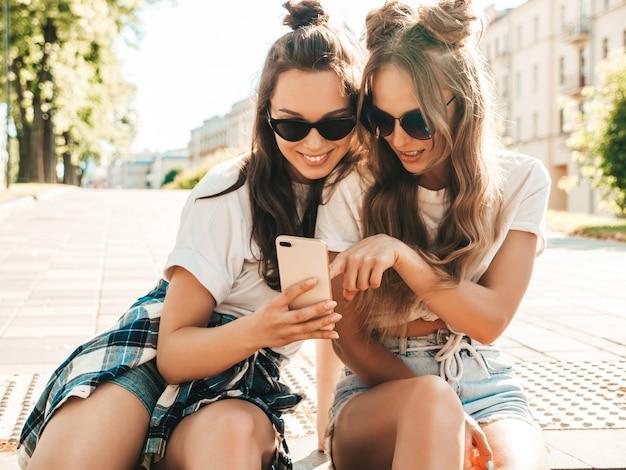 Zwei junge schöne lächelnde hippie-frau