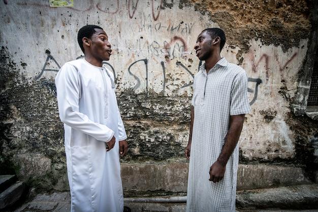 Zwei junge schwarze studenten, die aus einem hohen bild herausragen