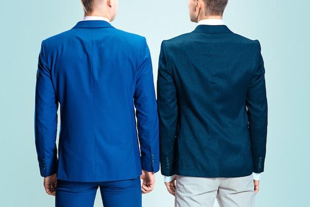 Zwei junge stilvolle männer im anzug. rückansicht von hinten.