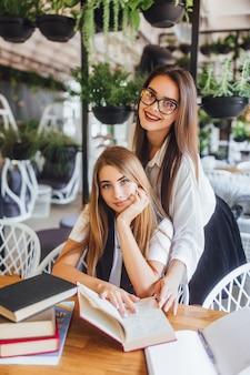Zwei junge studenten lernen neues material im bürozentrum