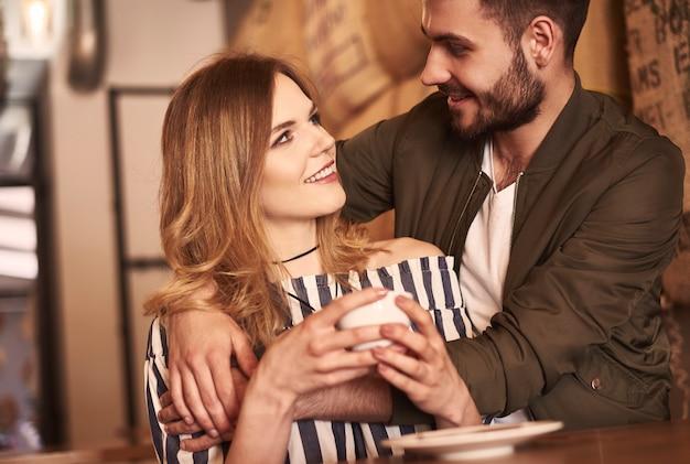 Zwei junge und liebevolle leute im café