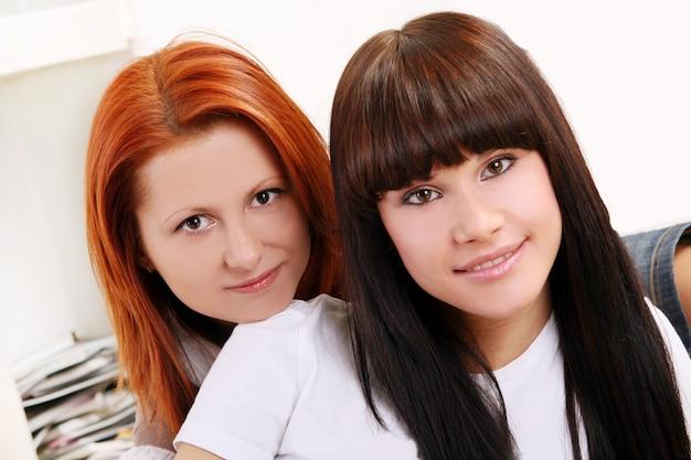 Zwei junge und schöne schwestern
