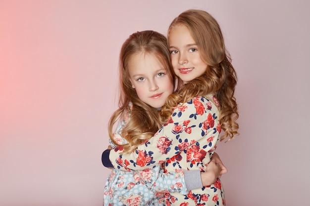 Zwei junge vorbildliche mädchenkinder der art und weisekinder