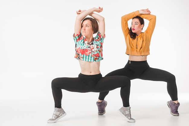 Zwei junge weibliche tänzer, die ihre techniken zeigen