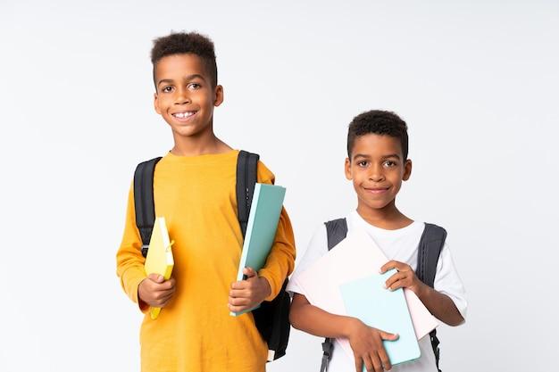 Zwei jungen afroamerikanerstudenten über weiß